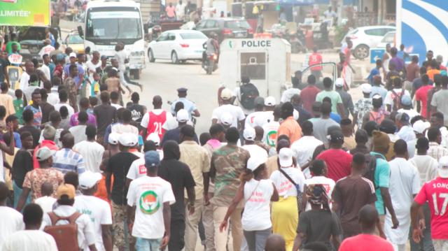 Vidéo. Législatives sénégalaises: le convoi de Youssou Ndour attaqué à coups de pierres
