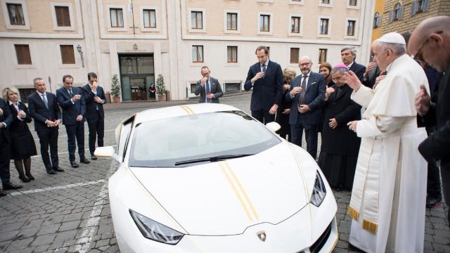 Le pape et sa Lamborghini