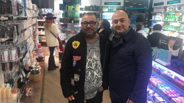 Mohammed VI dans une pharmacie à Paris