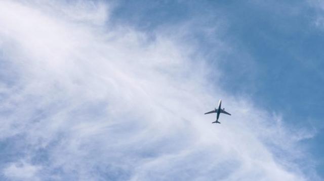Avion au milieu du ciel