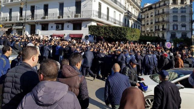 Algérie: des milliers de médecins bravent les forces de l'ordre dans les rues d'Alger