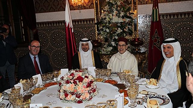 le Roi offre un dîner en l'honneur du Premier ministre et ministre de l'Intérieur du Qatar