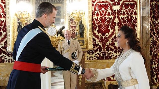Karima Benyaich, ambassadeur du Maroc en Espagne et le roi Felipe VI d'Espagne.