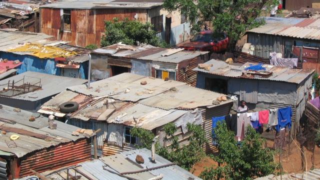 Des millions de sud-africains n'ont pas accès à la terre. L'unique choix qui s'offre à eux est de se masser dans des townships, condamnés à travailler comme ouvrier dans les usines, les mines ou les fermes détenues par une minorité de riches noirs ou blan