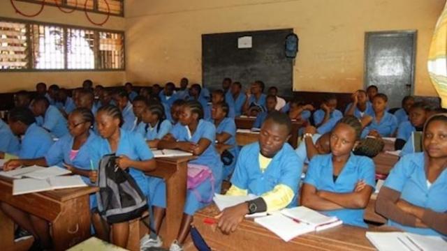 Cameroun: les élèves troquent l'uniforme scolaire pour celui de commerçant pendant les vacances