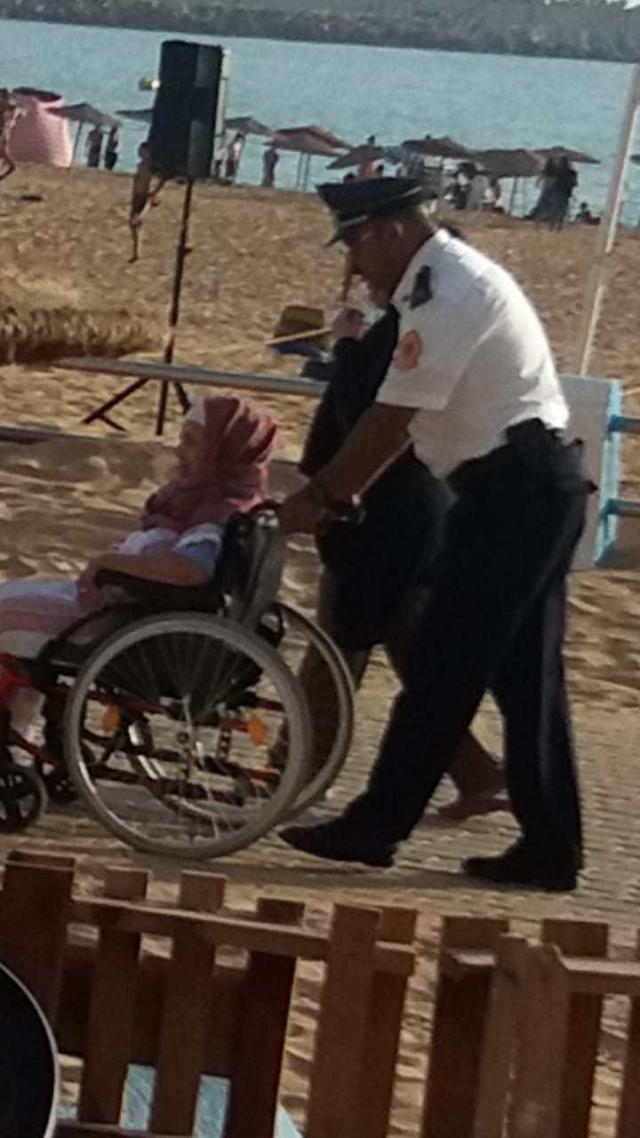 Policier en aide à une femme handicapée-2