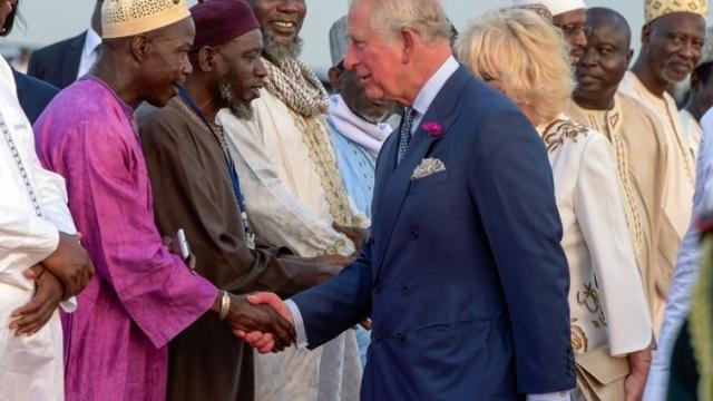 Gambie: le Prince Charles et la princesse Camilla entament leur tournée africaine