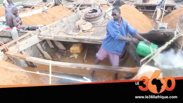 Mali: l'extraction du sable par les forçats du fleuve Djoliba