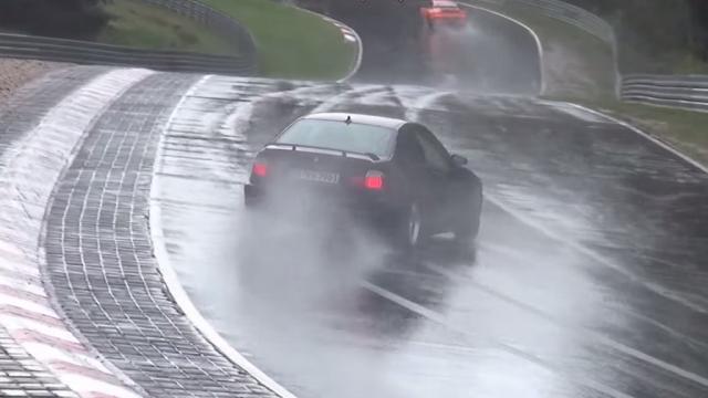 Freiner sous la pluie