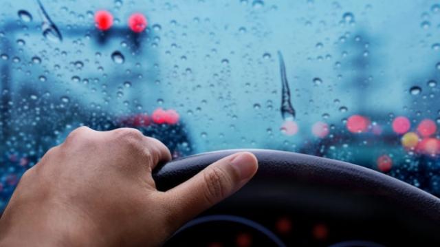 L'habitacle de la voiture sous la pluie