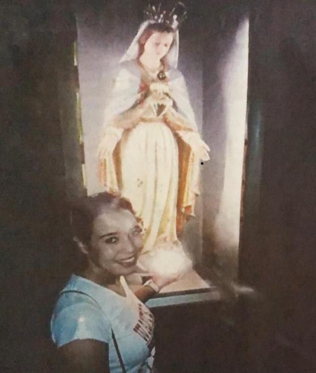 Maielainine devant la Vierge à Paris