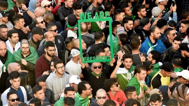 Algérie: une foule immense défile dans le centre d'Alger