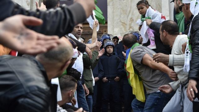 Les Algériens dans la rue pour le 8e vendredi consécutif