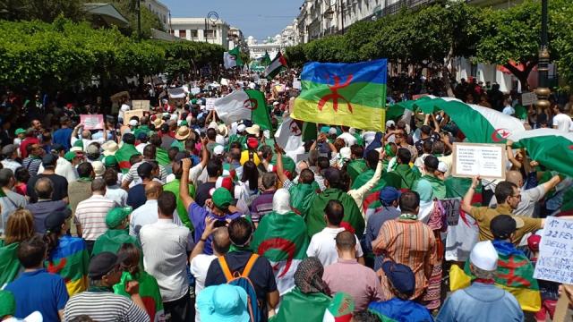 """Vidéos. Algérie: un 17e vendredi au cri de """"Mazal Bouteflika!"""""""