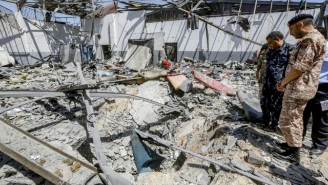 Des responsables militaires inspectent le centre de migrants de Tajoura, près de Tripoli, qui a été bombardé