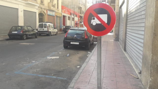 Diapo. A Casablanca, ces plaques de signalisation qui vous obligent à vous plier en deux