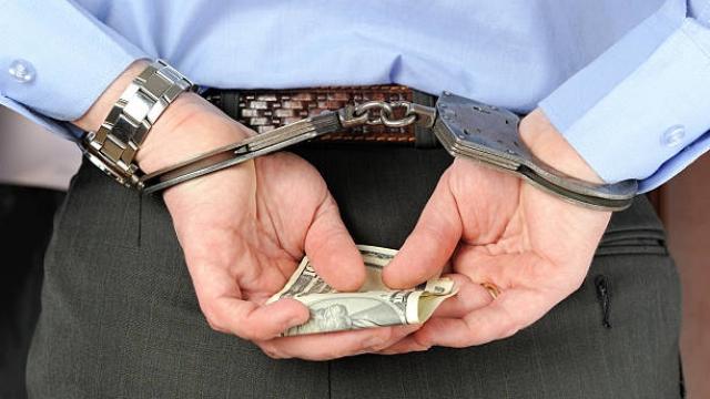 Homme menotté avec argent