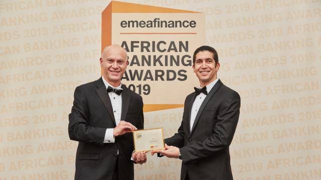 Mohamed Chami, directeur pays Attijariwafa bank Grande Bretagne, recevant le trophée des mains de Christopher Moore, CEO et éditeur du magazine EMEA Finance.
