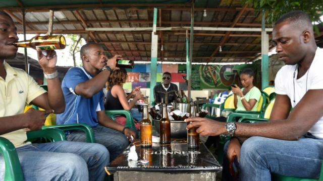 """Coronavirus: Abidjan sans ses """"maquis"""" et sans sa nuit bouillonnante"""