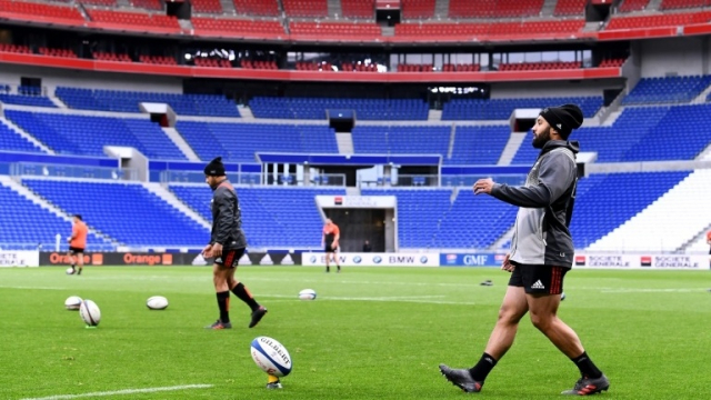 Deux joueurs de rugby néo-zélandais s'entraînent dans le Groupama Stadium vide.