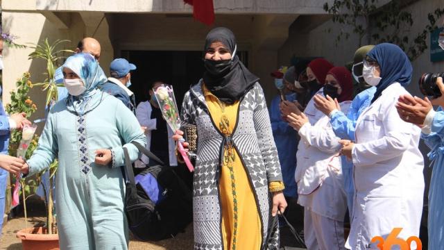 Une femme guérie quittant l'hôpital de Tanger sous les applaudissements du staff médical