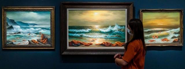 """Le triptyque de Banksy """"Vue de la mer Méditerranée, 2017""""."""