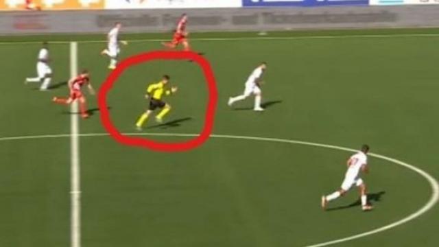 L'arbitre suisse Urs Schnyder poussant un sprint hallucinant.