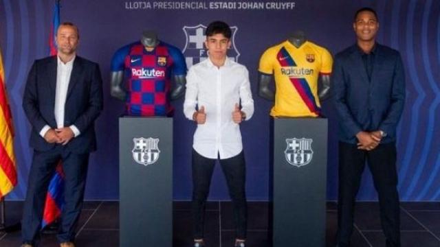 Ilias Akhomach (au centre) en compagnie de Patrick Kluivert (d), directeur du centre de formation du FC Barcelone.