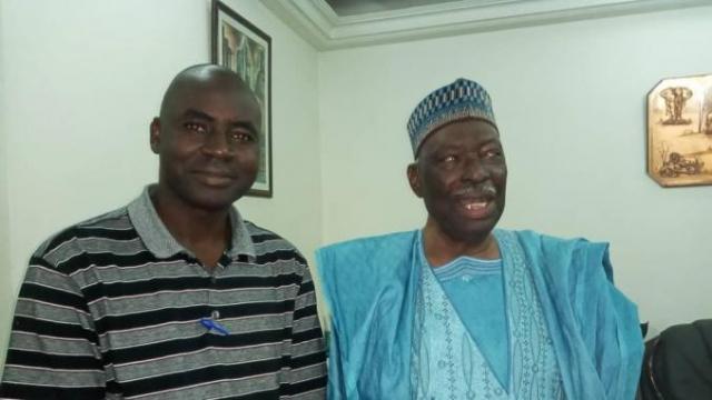 Ici, le président Moussa Traoré, en août derrnier, en compagnie de notre correspondant au Mali Diemba Moussa Traoré.