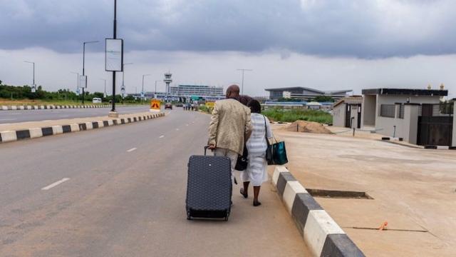 Nigeria: les manifestants bloquent l'aéroport de Lagos, les passagers s'y rendent à pied