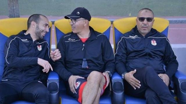 L'entraîneur du FUS, Mustapha El Khalfi (d).