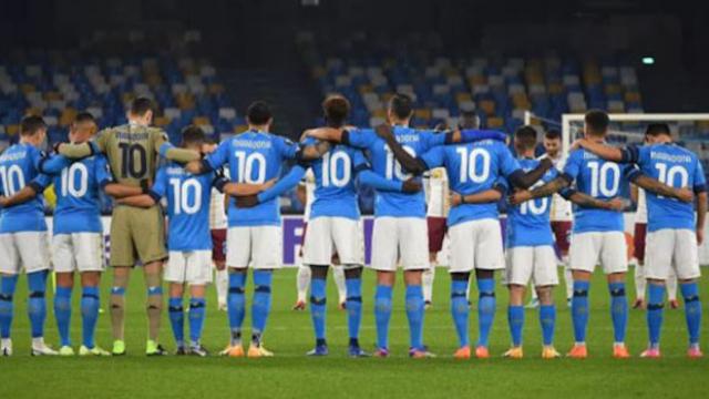 Les joueurs de Naples avec le N.10 sur le terrain