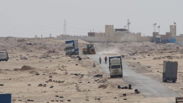 Travaux de désensablement de la route goudronnée à El Guerguerat 2