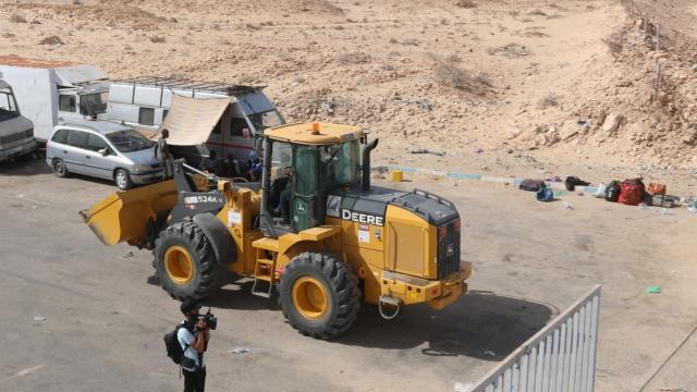 Travaux de désensablement de la route goudronnée par les autorités locales à El Guerguerat 7