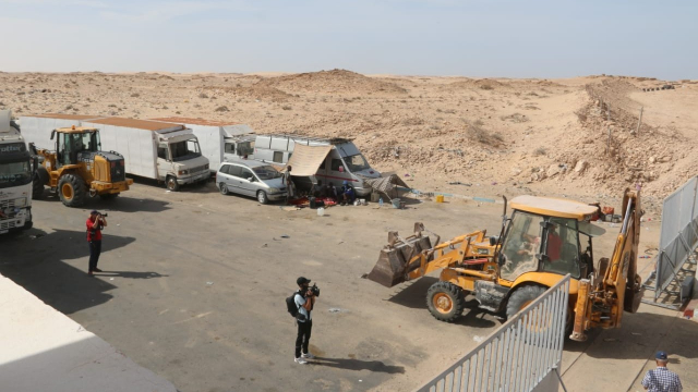 Travaux de désensablement de la route goudronnée par les autorités locales à El Guerguerat 8