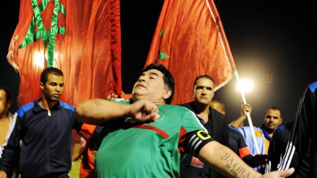 L'ancienne légende du football, Diego Maradona, lors de sa participation à un match de gala à Laâyoune.