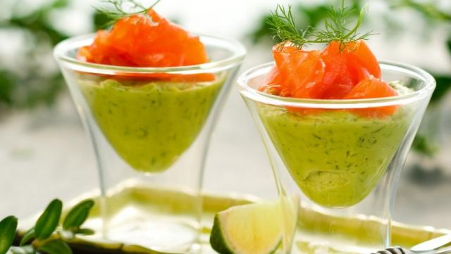 Verrine de guacamole et de saumon.
