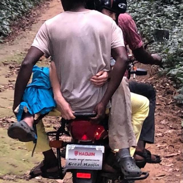 Ashley Judd évacuée en moto