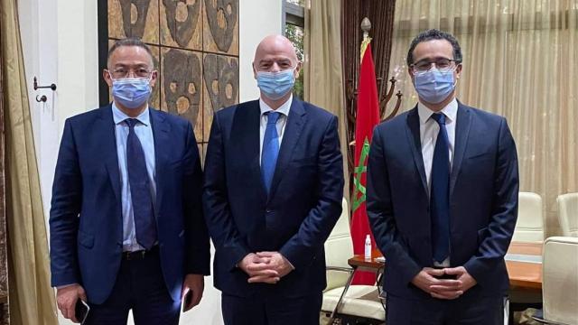 Othman El Ferdaous en compagnie de Gianni Infantino et de Fouzi Lekjaa.