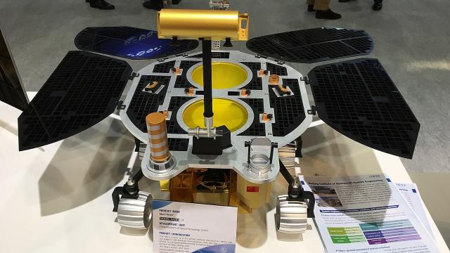 Maquette - Rover - Chine - orbiteur - atterrisseur -robot téléguidé Zhurong.
