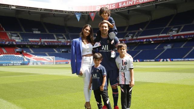 Lionel Messi entouré de sa femme, Antonella Roccuzzo et de leurs trois enfants.