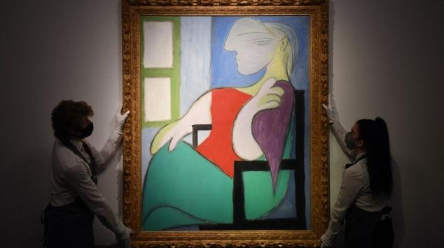 Picasso - Femme assise près d une fenêtre - Enchères - Christie s