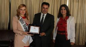 Fouad El Omary, maire de Tanger, entouré par Fatima Faize, Miss Maroc 2013, et Loubna Amghar, secrétaire provinciale de la section du PAM à Tanger.