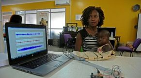 Ouganda: une équipe d'ingénieurs crée la veste qui diagnostique la pneumonie