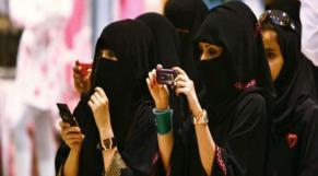 Saoudiennes avec téléphone