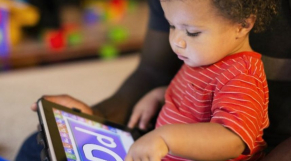 Bébé avec tablette