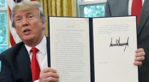 Donald Trump signant un décret mettant fin à la séparation des familles de migrants
