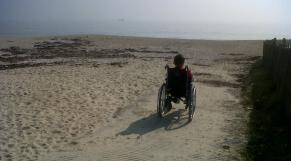handicapé à la plage