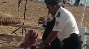 Policier en aide à une femme handicapée-1