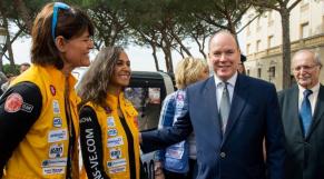 Le Prince Albert en compagnie de participantes au Rallye des Gazelles